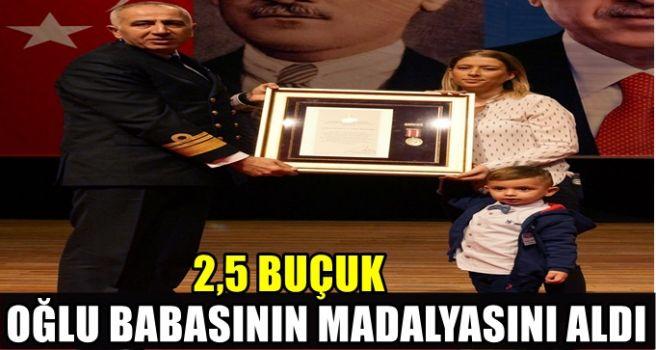2,5 yaşındaki Utku Baran babasının madalyasını aldı