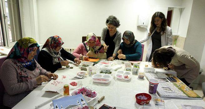 Kanserli kadınlar el sanatlarıyla 'terapi' yapıyor