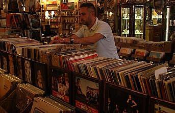 Kurduğu 'müzik dünyası'yla geçmişe yolculuk yaptırıyor