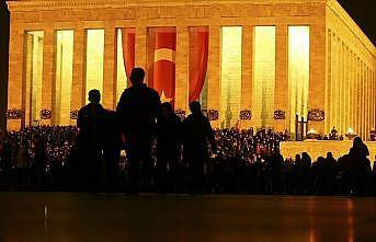 Anıtkabir geç saatlere kadar ziyaretçilerle doldu