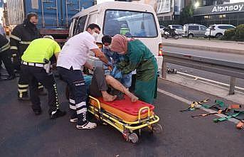 Park halindeki tıra çarpan hafif ticari araç sürücüsü yaralandı