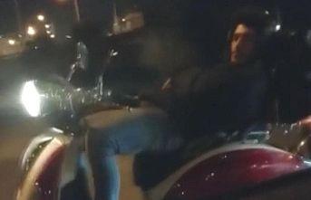 Bursa'da sırtüstü yatarak motosiklet kullanan sürücünün ehliyeti iptal edildi