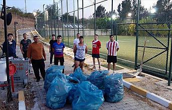 Spor yaptıkları alanı temizleyen gençlere baklava ikramı