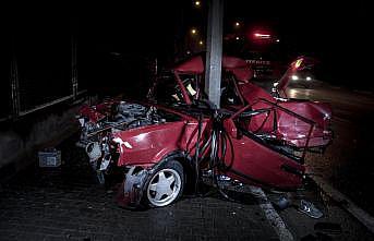 Bursa'da direğe çarpan otomobilin sürücüsü yaralandı