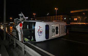 Kontrolden çıkan hasta nakil ambulansı devrildi