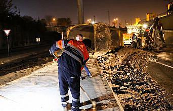 Zeytinburnu'nda toprak yüklü hafriyat kamyonu yola devrildi: 1yaralı