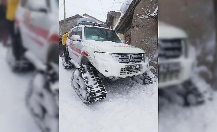 Bilecik'te kardan ulaşılamayan köydeki hasta paletli ambulansla hastaneye götürüldü