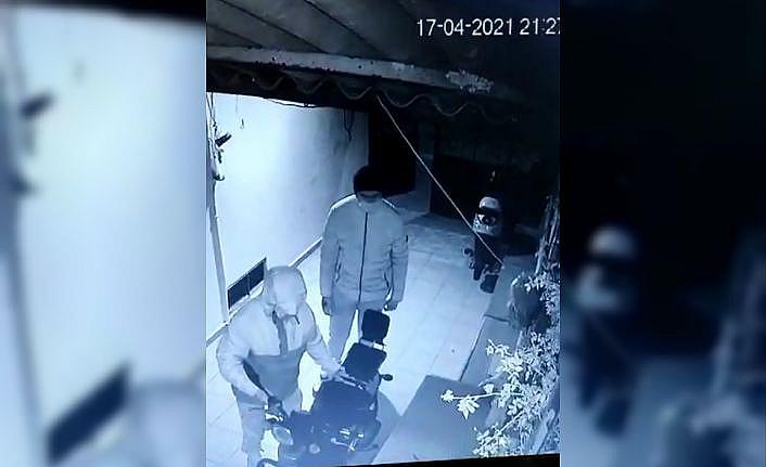 Çanakkale'de kısıtlama saatindeki motosiklet hırsızlığı güvenlik kamerasınca görüntülendi