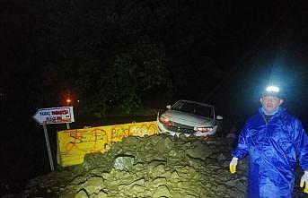 Tekirdağ'da sağanak nedeniyle düşen kayalar yolu kapattı