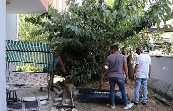 Edirne'de apartmanın bahçesine devrilen otomobilin sürücüsü yaralandı