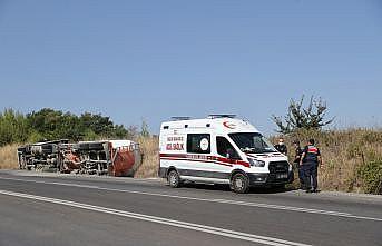 Edirne'de devrilen çimento yüklü tırın sürücüsü yaralandı