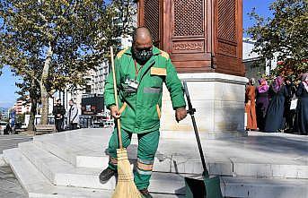 Bursa'da temizlik işçisinin bulduğu içinde altın olan çanta sahibine verildi