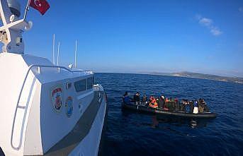 Çanakkale açıklarında botları sürüklenen düzensiz göçmenler kurtarıldı