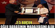 2,5 yaşındaki Utku Baran babasının madalyasını...