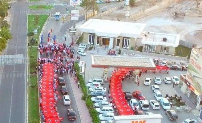 150 metrelik Türk bayrağı ile demokrasi yürüyüşü yapıldı
