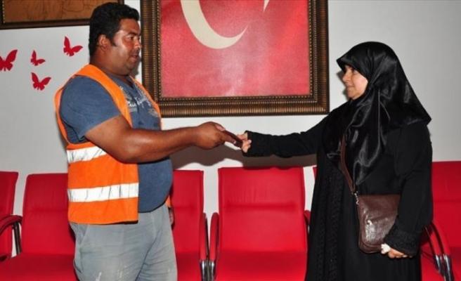 Suriyeli kadın, bulduğu cüzdanı sahibine ulaştırdı