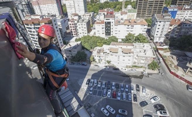Yüksek katlı binaların 'Örümcek kadını'