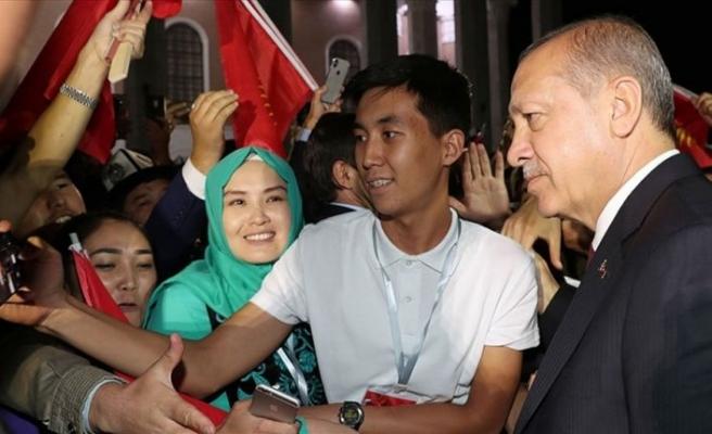 Cumhurbaşkanı Erdoğan'a Kırgızistan'da yoğun sevgi gösterisi