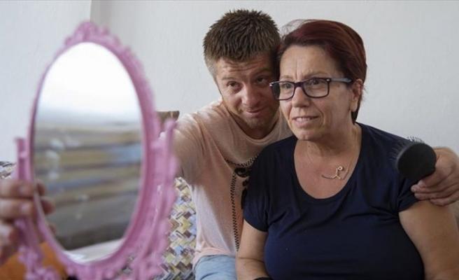 Annesine konuşmayı yeniden öğretiyor
