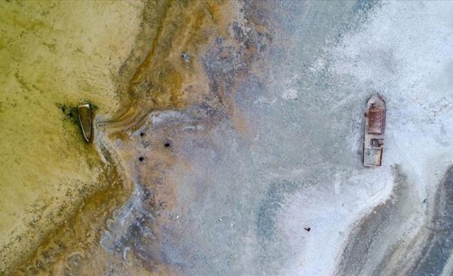 Sular çekildi tapulu araziler, batık tekneler ortaya çıktı