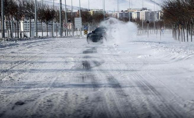 'Karlı ve buzlu' yolları kullanan sürücülere uyarılar