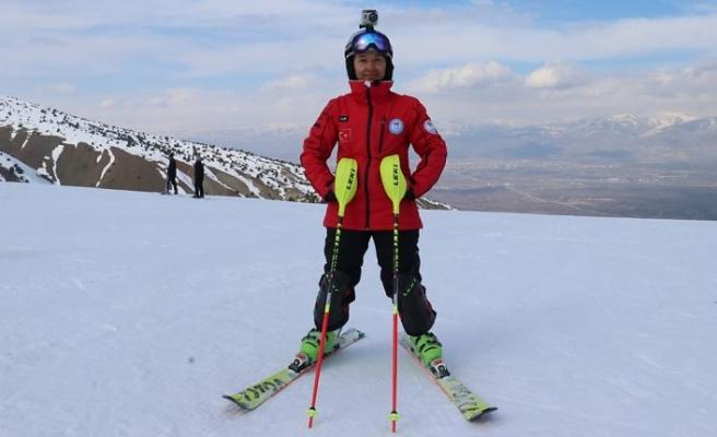 Milli kayakçıya babasından 'paraşütlü' takip
