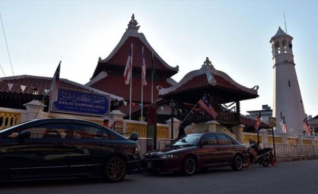 Malezya'nın en eski camilerinden Kampung Hulu mimarisiyle dikkati çekiyor