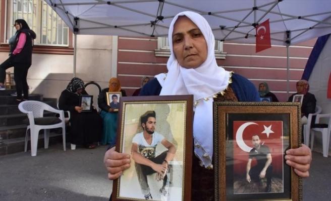Diyarbakır annelerinden Necibe Çiftçi: Oğlum getirilene kadar buradan ayrılmıyorum