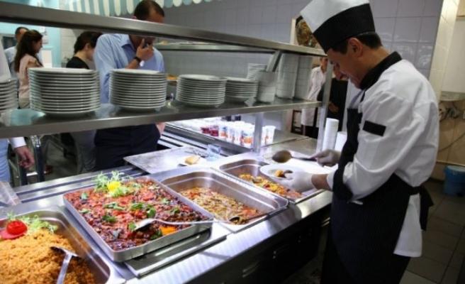 Hizmet sektörünün en önemli üreticileri arasında yer alan endüstriyel hazır yemek sanayicileri, gerek hammadde gerekse genel giderlerindeki artış sonrası fiyatlarını güncellemeye hazırlanıyor