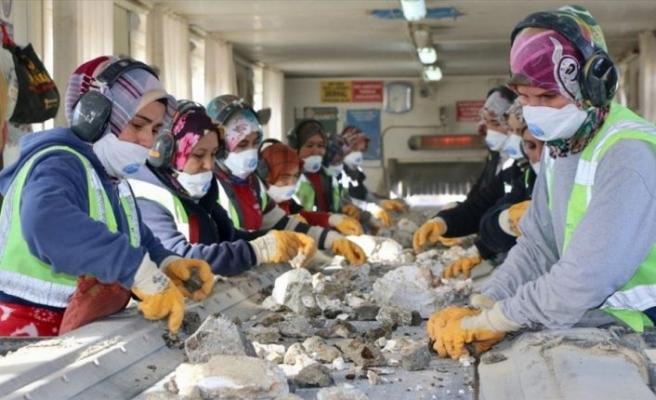 Maden ocağının kadınları ekmeğini taştan çıkarıyor
