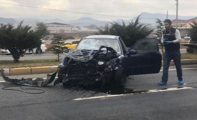 Uşak'ta durakta bekleyen yolculara otomobil çarptı: 3 ölü