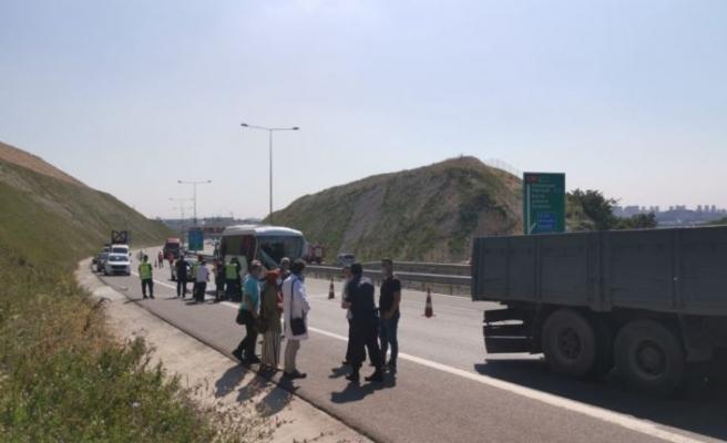 Kocaeli'de işçi servisiyle kamyon çarpıştı: 13 yaralı
