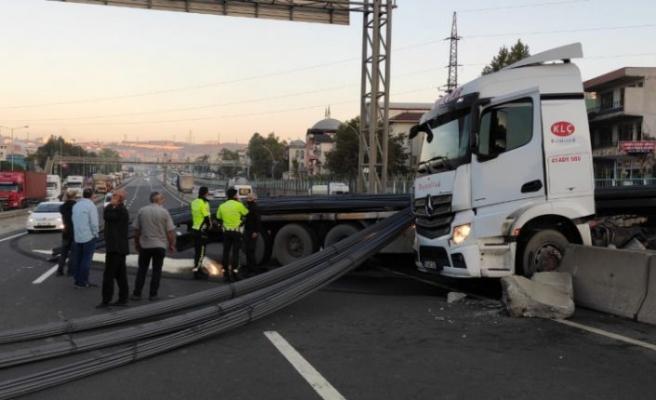 Kocaeli'de demir yüklü tırın devrilmesi trafiği aksattı