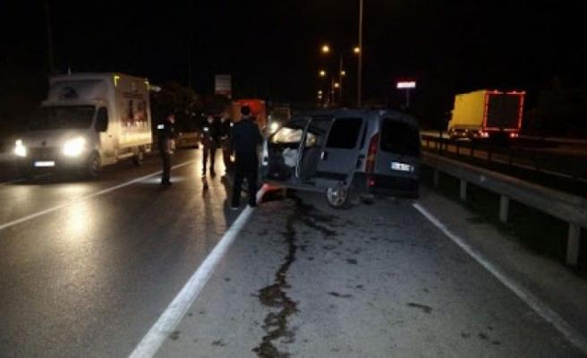Bursa'da hafif ticari araç tıra çaptı: 2 yaralı