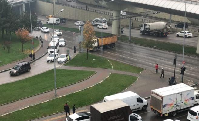 Bursa'da yola dökülen motor yağı sürücülere zor anlar yaşattı