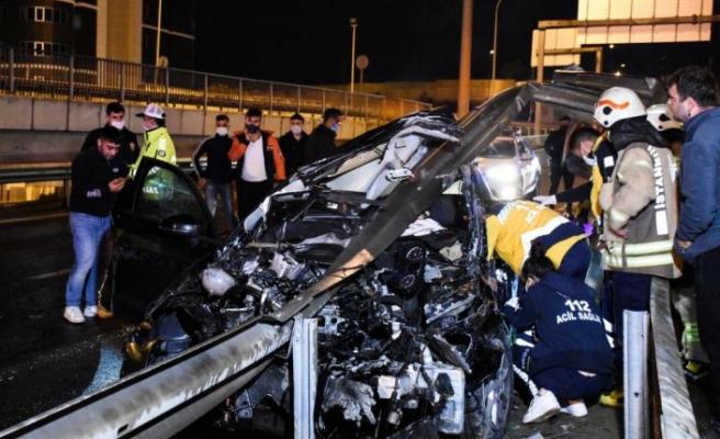 İstanbul'da bariyerlere çarpan otomobilin sürücüsü öldü
