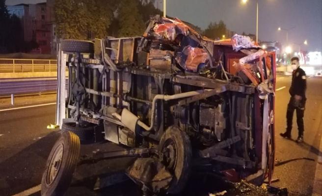 Kocaeli'de devrilen sebze yüklü kamyonetin sürücüsü yaralandı