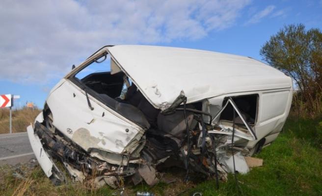Kamyon ile minibüsün çarpıştığı kazada baba oğul yaralandı