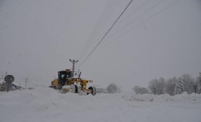 Bilecik'te kardan kapanan 68 köy yolunu açma çalışması sürüyor