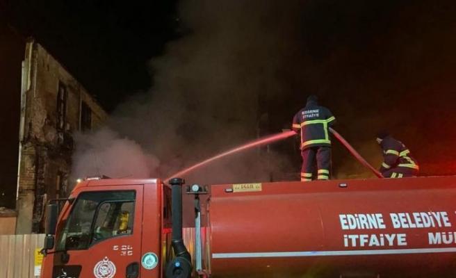 Edirne'de yangın enkazında yeniden alevlenen alana itfaiye müdahale etti