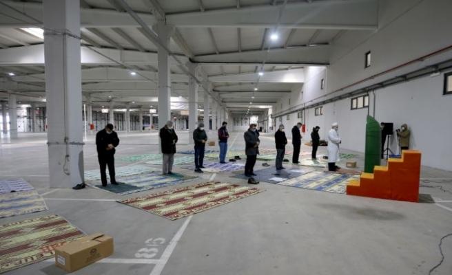 Kırklareli'nde cuma namazı kapalı pazar yerinde kılındı