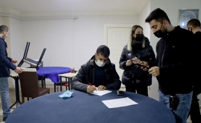 Kısıtlama saatlerinde emlakçıda kumar oynayanlara 44 bin lira ceza verildi
