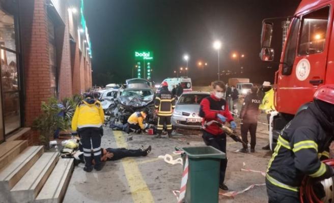 Kocaeli'de cip dinlenme tesisindeki araç ve yayalara çarptı: 1 ölü, 8 yaralı
