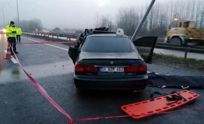 Sakarya'da aydınlatma direğine çarpan otomobilin sürücüsü öldü
