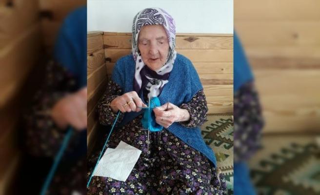 Zeliha ninenin ördüğü yün çoraplar Mehmetçiğin içini ısıttı