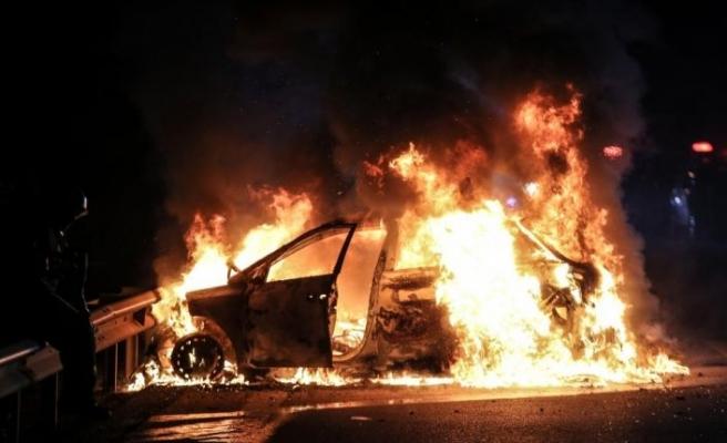 """Bursa'da sürücüsünün """"dur"""" ihtarına uymadığı otomobil polis araçlarına çarpıp alev aldı"""
