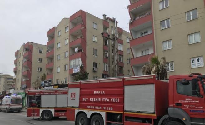Bursa'da apartmanda çıkan yangında bir kişi dumandan etkilendi
