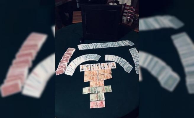 Kocaeli'de Kovid-19 tedbirlerini ihlal edip kumar oynayan 12 kişi ile ev sahibine ceza uygulandı