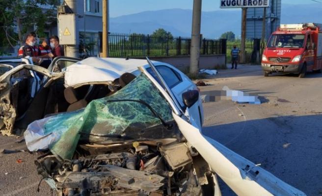 Bursa'da elektrik direğine çarpan otomobildeki 5 kişiden 3'ü hayatını kaybetti