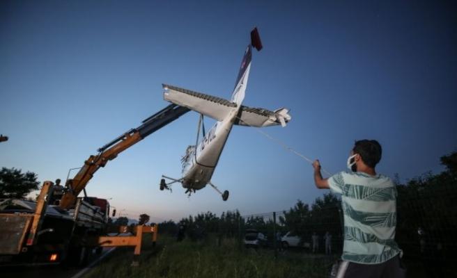 Bursa'da meyve bahçesine acil iniş yapan eğitim uçağı vinçle kaldırıldı